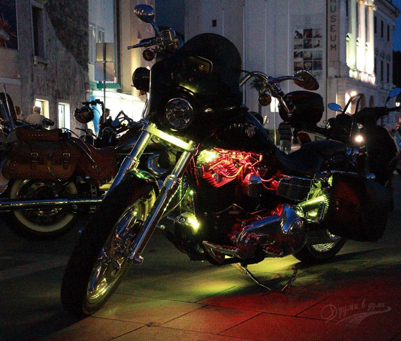 Пиран: нощните светлини на моторите
