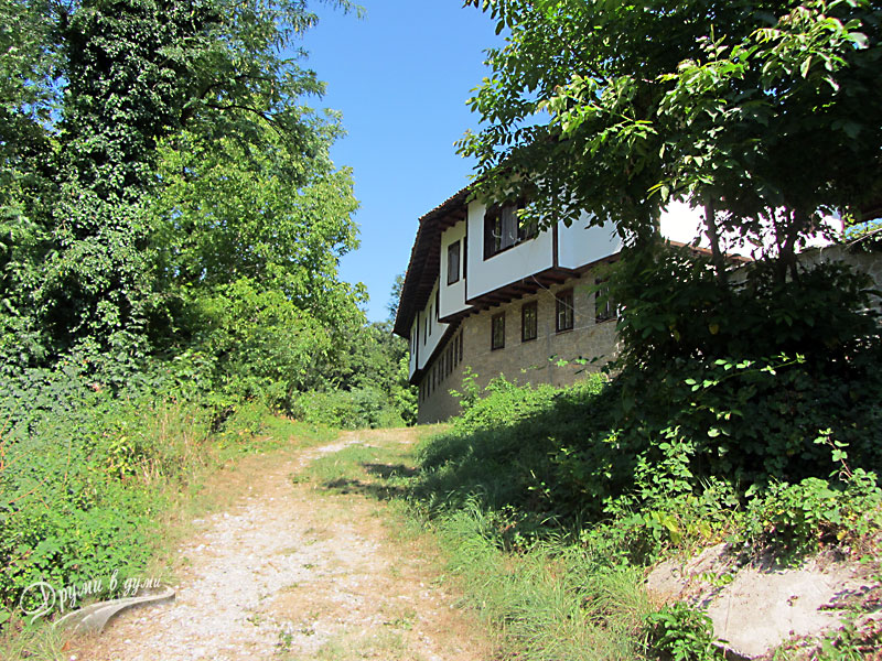 Килифаревски манастир: пред манастира