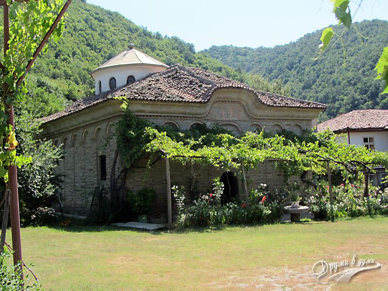 Килифаревски манастир: църквата и хълмовете