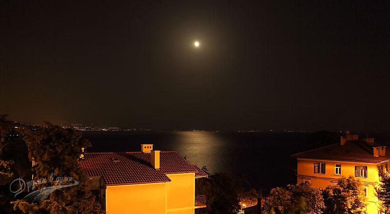 Опатия: нощна гледка от стаята към морето