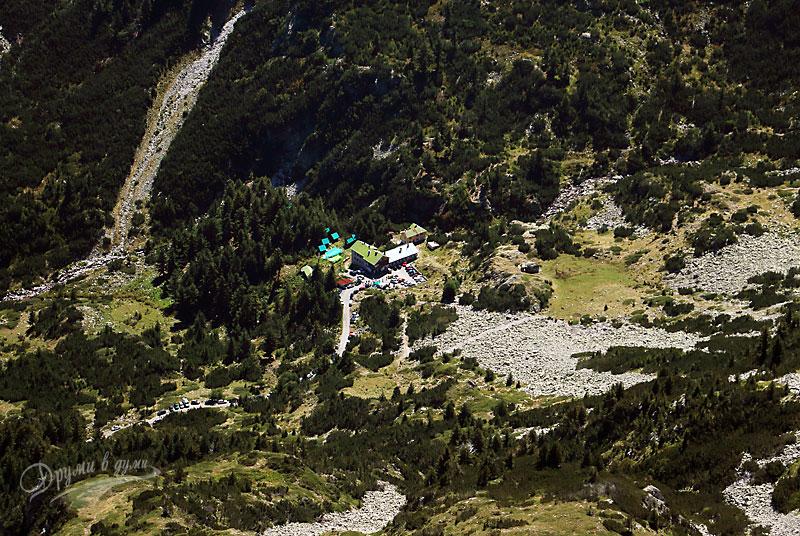 Горе на върха: поглед към хижа Вихрен