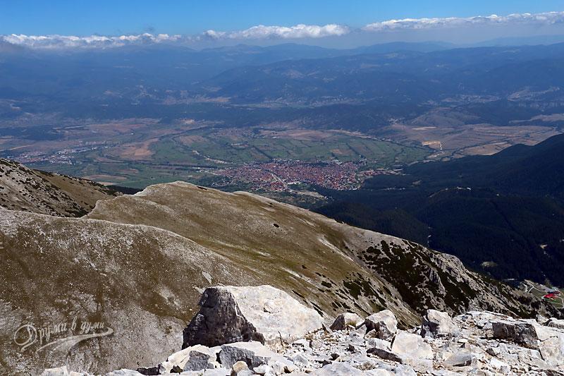 Горе на върха: гледка към Банско и Рила