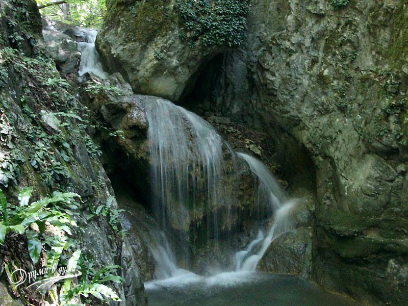 Красив водопад по пътеката към Сливодолското падало