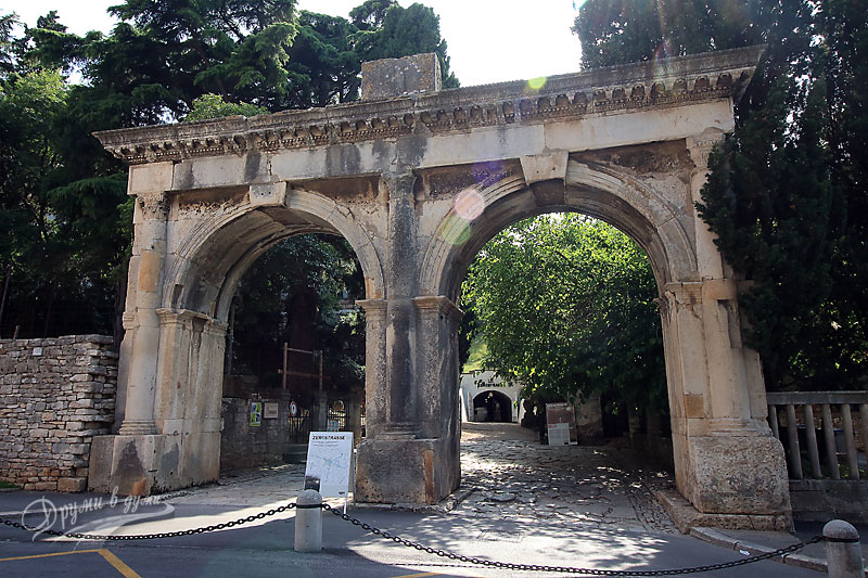 Pula: the Twin gate