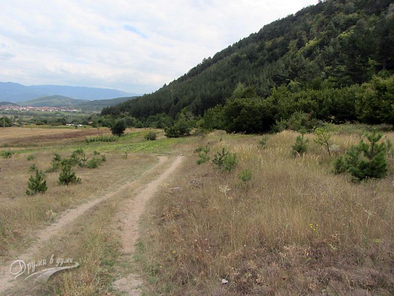 Към водопада: завоят наляво и началото на горската пътека вдясно
