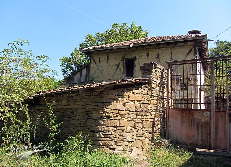 Иваниловски водопади: Една от старите къщи по пътеката