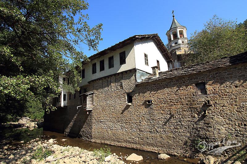 Дряновски манастир: поглед от моста над реката в задната част на манастира