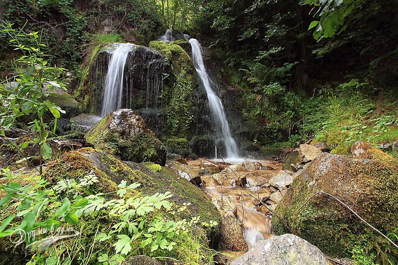 При водопада