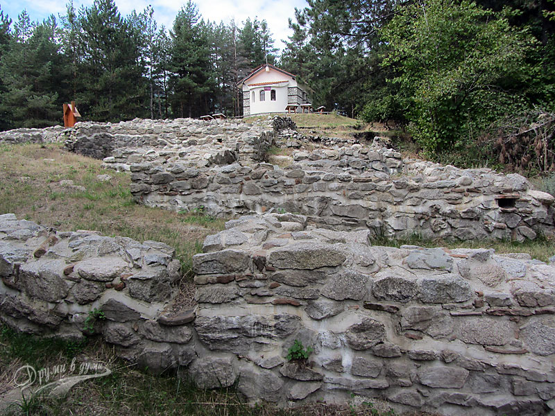 """Руините и параклисът """"Свети Никола"""""""