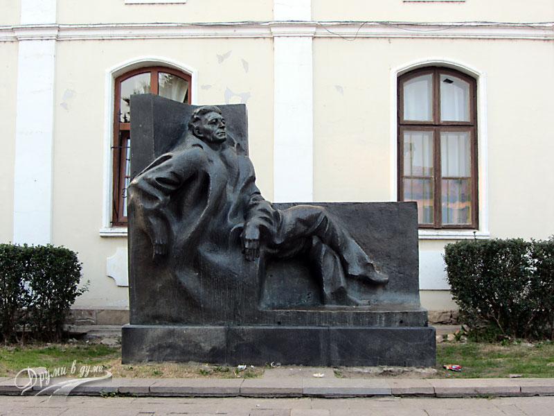 Велико Търново: Паметникът на Емилиян Станев
