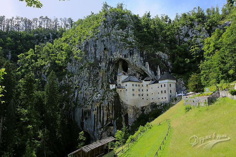 Замъкът пред пещерата
