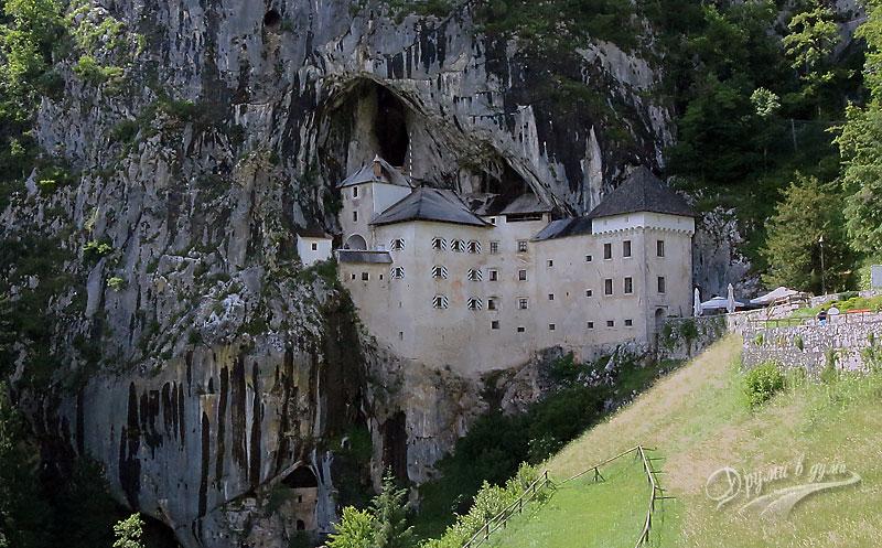 Замъкът пред пещерата, кацнал на високата скала