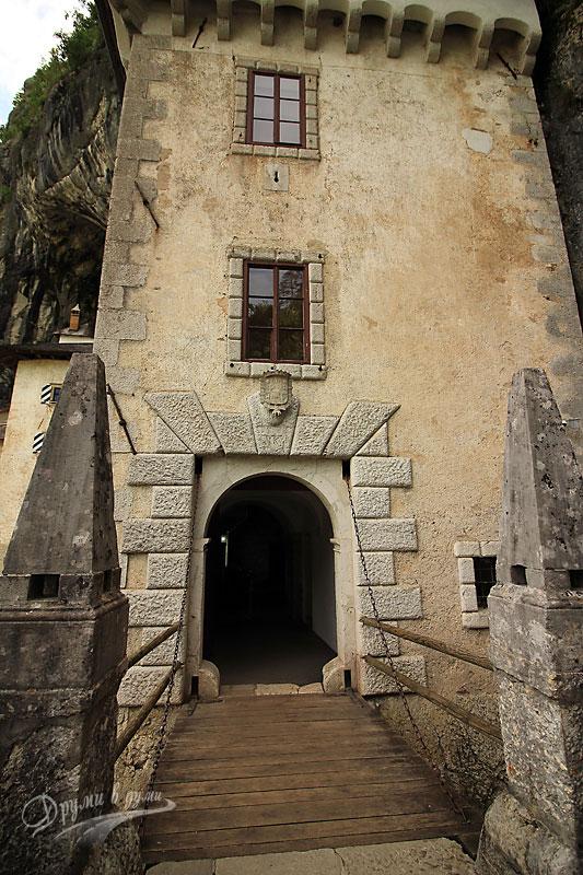 Замъкът пред пещерата: портата