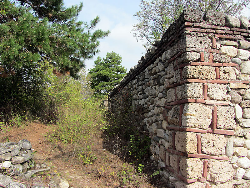 Базиликата Свети Никола: западната стена с входа