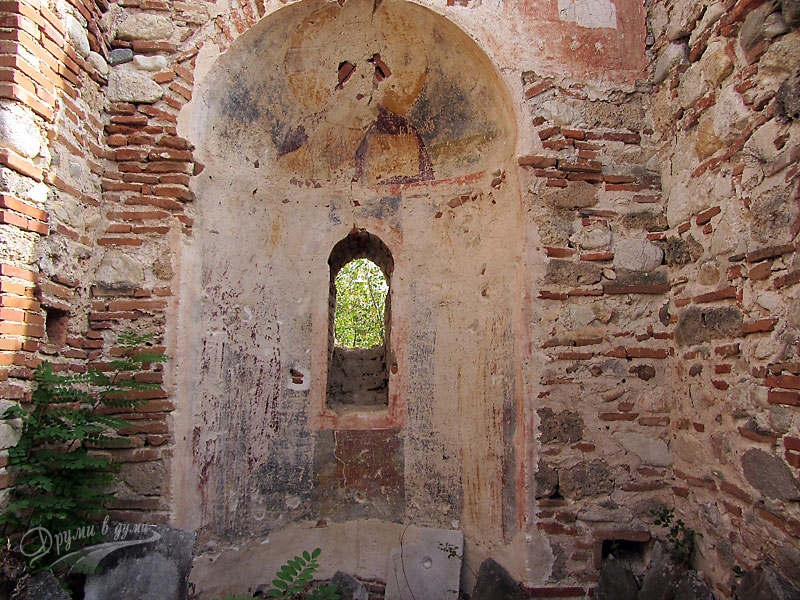 Базиликата Свети Никола: останки от стенописи