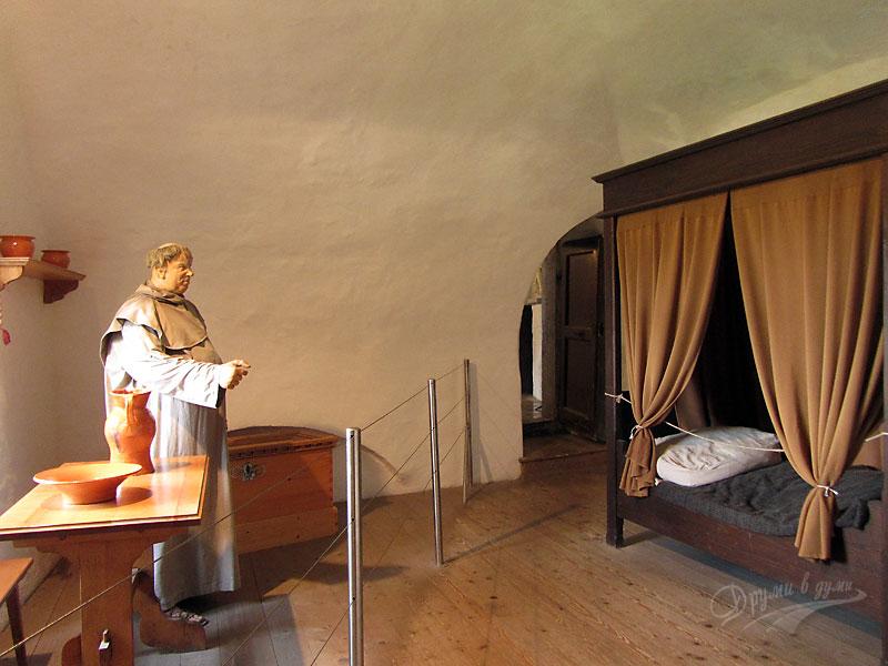 Замъкът пред пещерата: покоите на свещеника