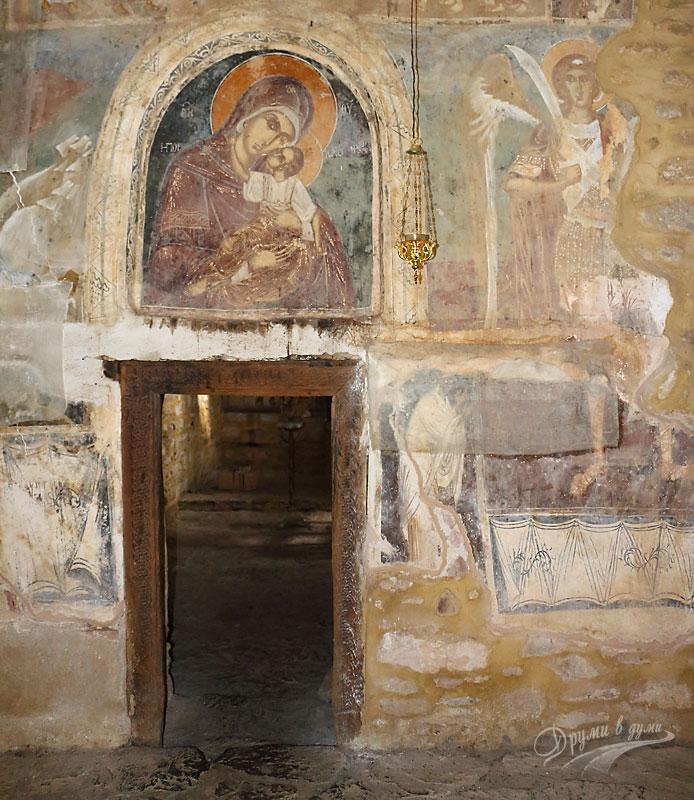 Манастир Света Богородица Порфирна: притворът на църквата