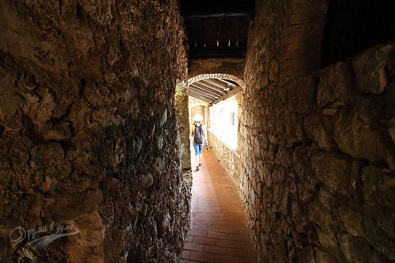 Из коридорите на крепостта