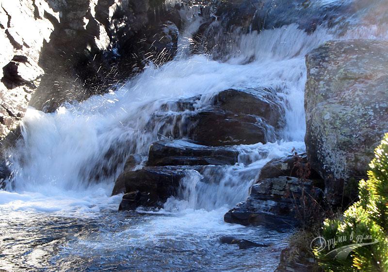 Красив водопад покрай пътеката