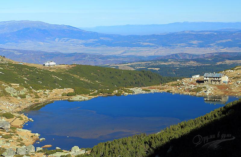 Към връх Харамията: поглед назад към двете хижи и Рибното езеро