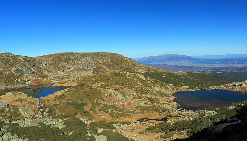 Панорамна гледка към двете езера - Рибното и Трилистника и старата хижа