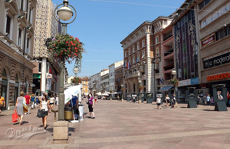 Централната улица с кметството