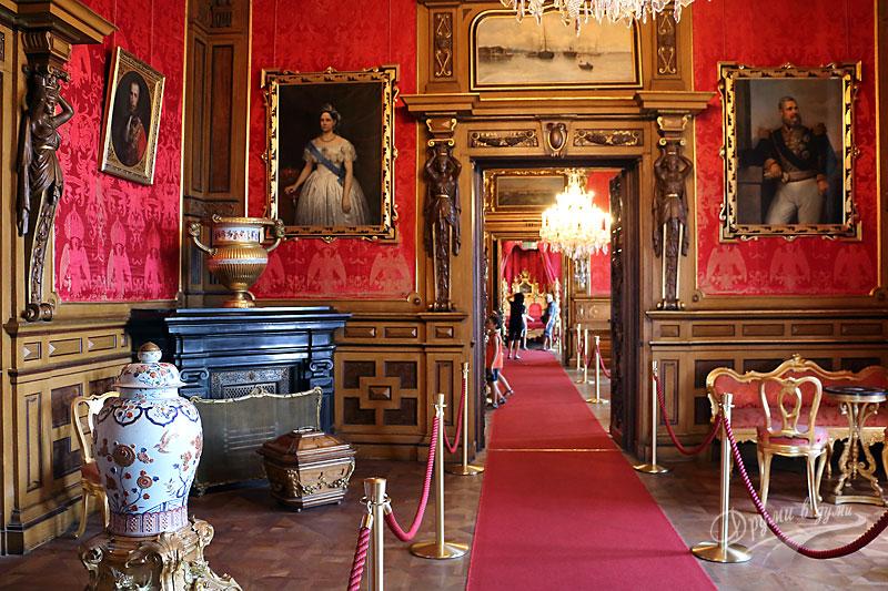 В коридорите на замъка Мирамаре