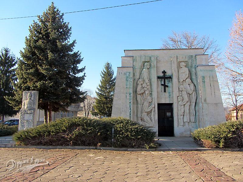 Скравена: паметник-костница на Ботевите четници