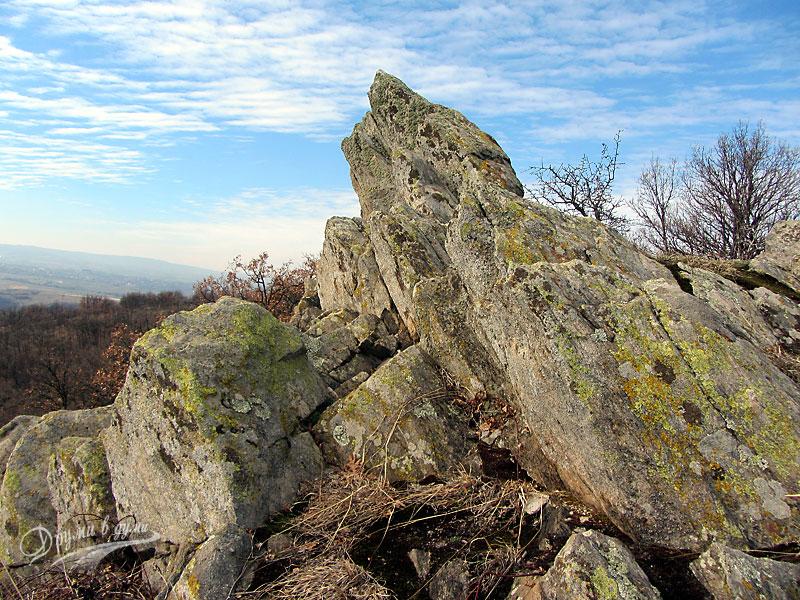 Подобни камъни на близкия хълм