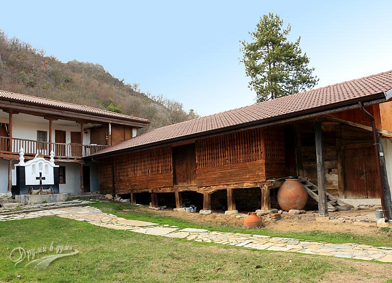 Манастирският двор на фона на хълма с Вехтата църква