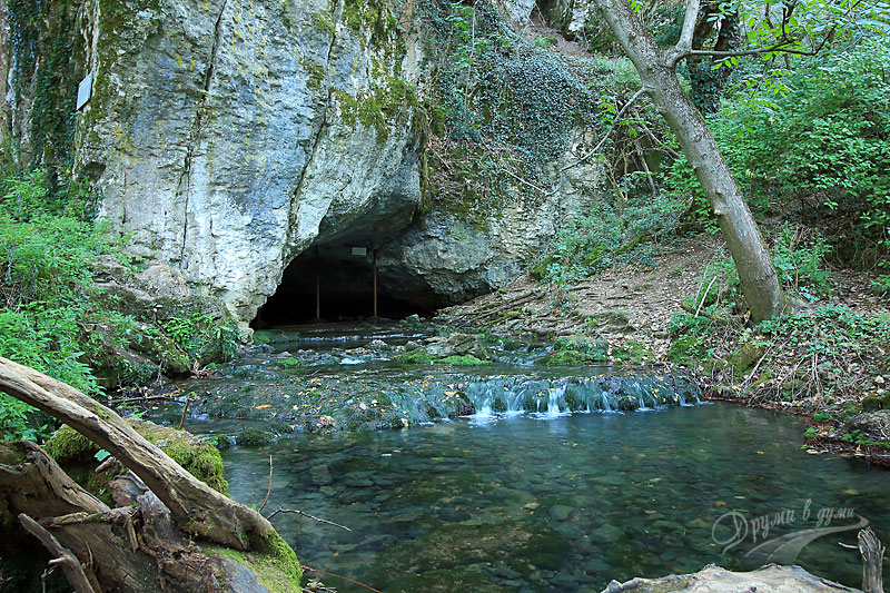 Krushuna waterfalls: the cave from which the Maarata River springs
