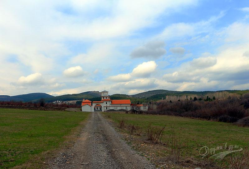 Доброславски и Балшевски манастир на фона на Балкана