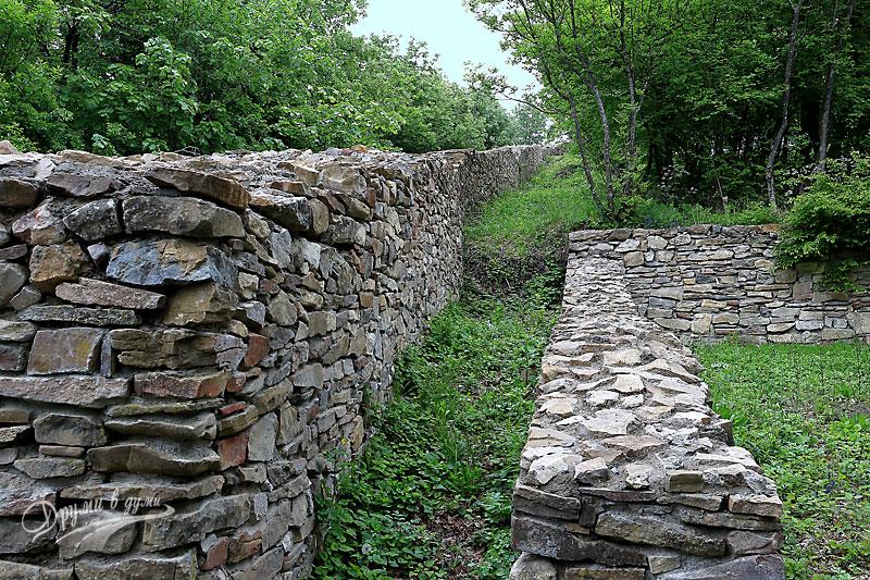 Хоталич: крепостна стена