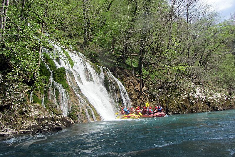 Под пръските на водопада