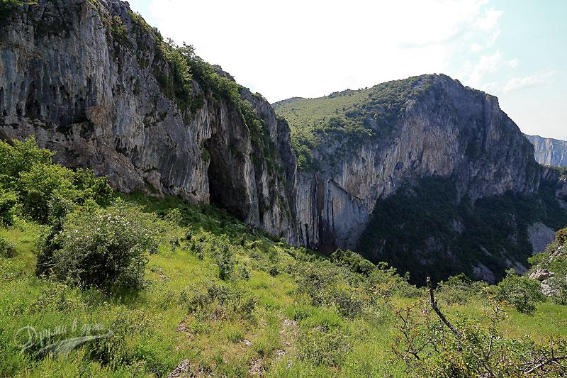 Началото на стръмната пътека към подножието на водопад Скакля