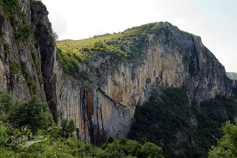 Водопад Врачанска Скакля: поглед от стръмната пътека