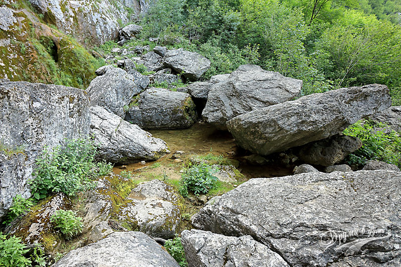 Врачанска Скакля: големите камъни пред водопада