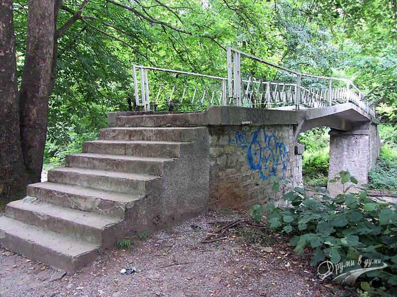 Каменният мост над река Лева