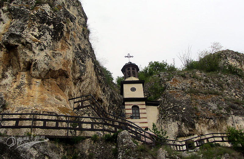 Басарбовски скален манастир: камбанарията