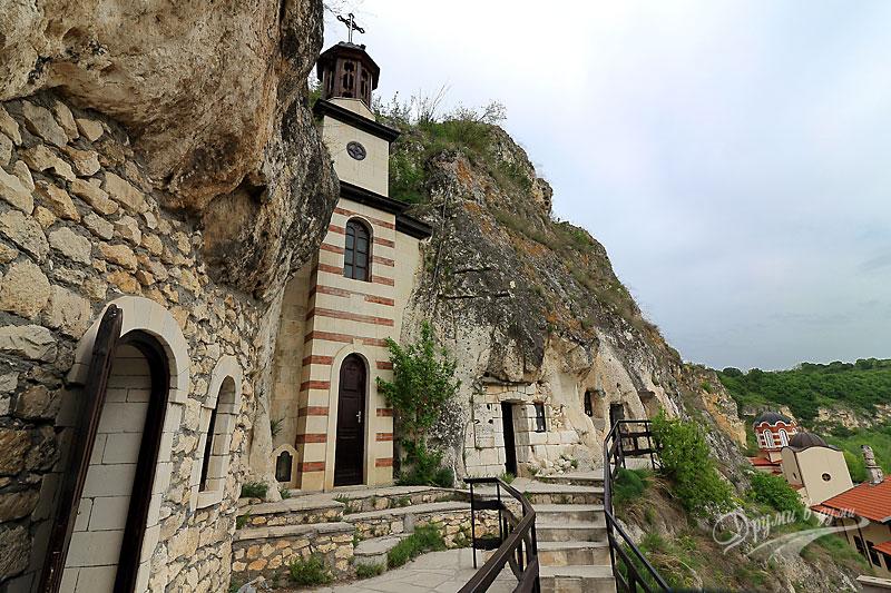 Басарбовски скален манастир: там в скалите