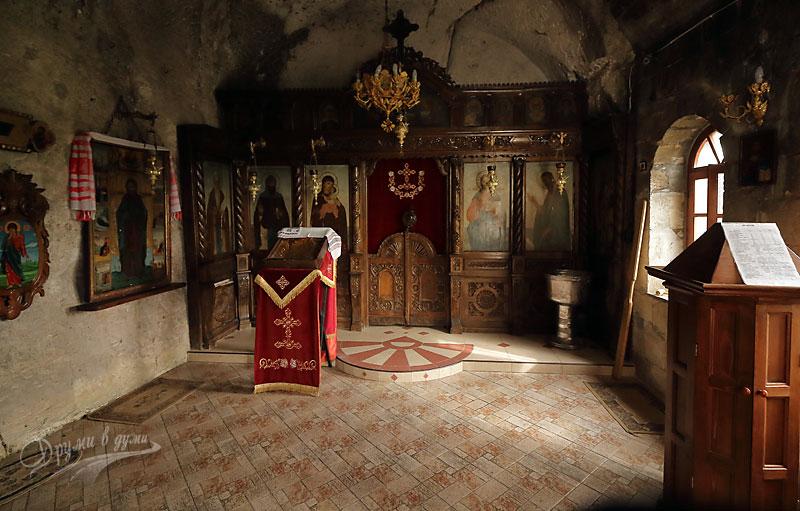 Басарбовски скален манастир: в един от скалните параклиси