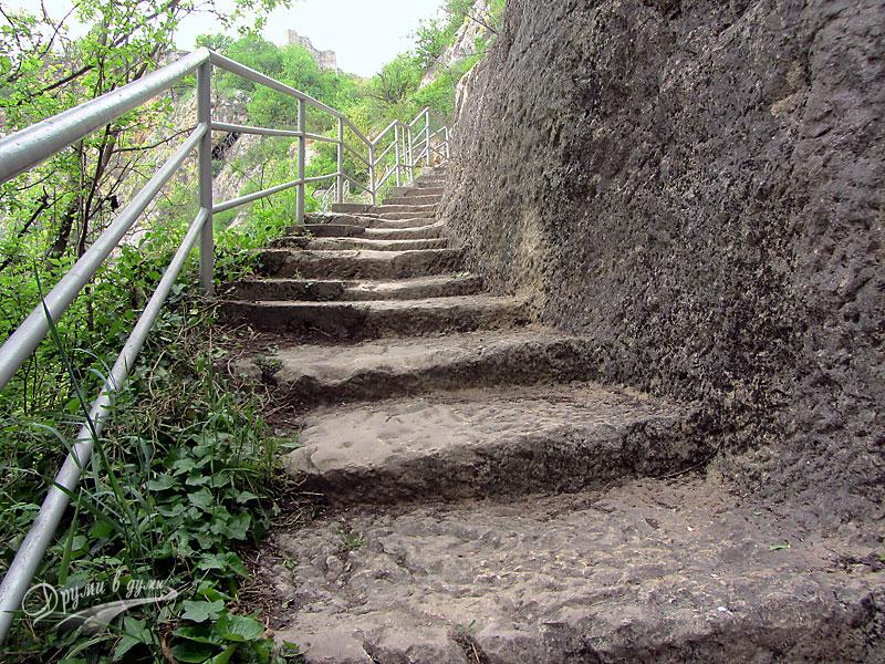 По стъпалата към крепостта Червен