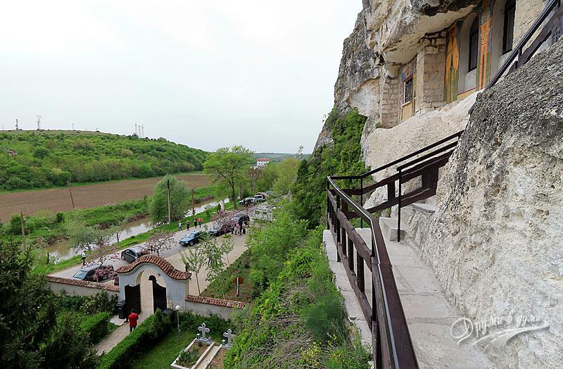 Басарбовски скален манастир: поглед към реката