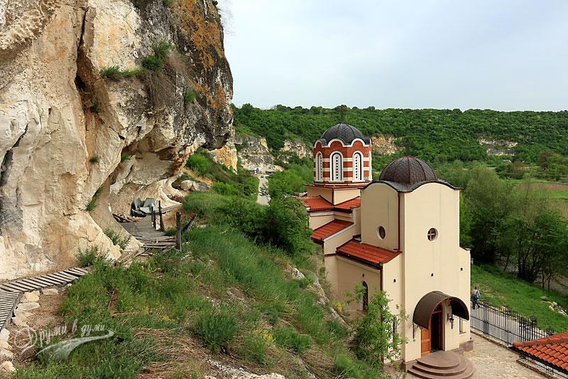 Басарбовски скален манастир: поглед към новия храм