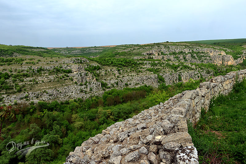 Крепостта Червен и каньона на река Черни лом