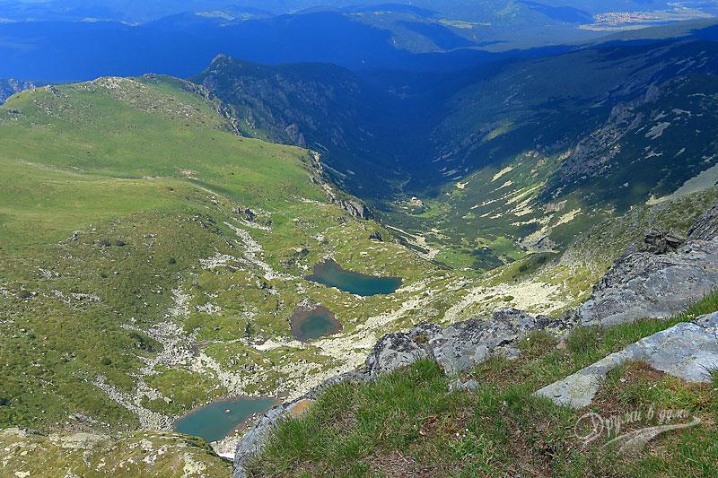 Гледки от връх Мальовица: Мальовишките езера и хижата