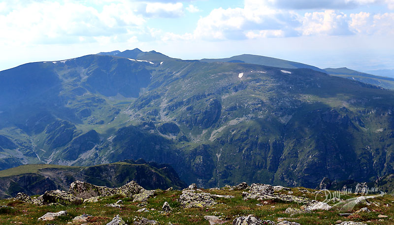 Гледки от връх Мальовица: поглед към Урдините езера и връх Харамията
