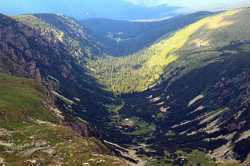 Гледки от връх Мальовица: поглед назад към хижата и ЦПШ