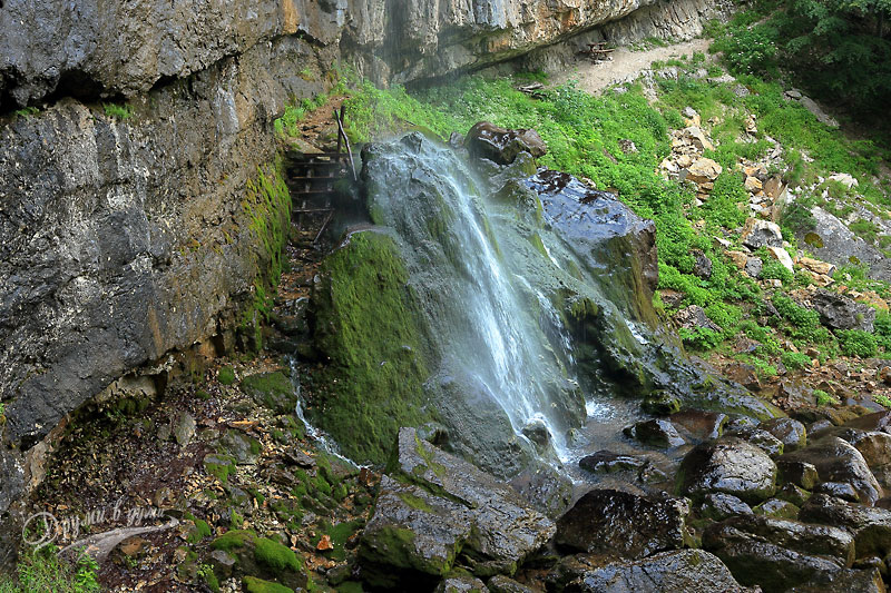 Водопад Боров камък: пътеката зад водната завеса