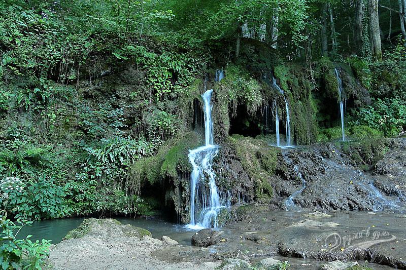 Водопад Докузак: страничните струи и пещеричките